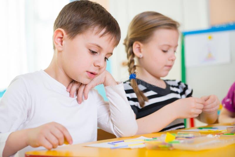 Kleine Kinder an der Applikationslektion stockbilder