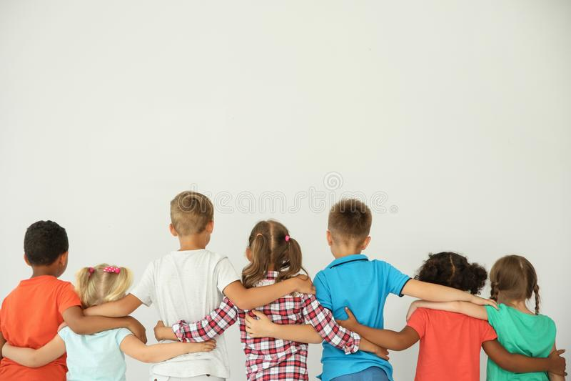 Kleine Kinder, die mit den Händen sich umarmen lizenzfreies stockfoto