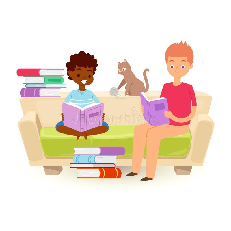 Kleine Kinder, die offenes Buch halten und Vektorillustration lesen Afrikanischer Junge und kaukasischer jugendlich Junge, der au stock abbildung