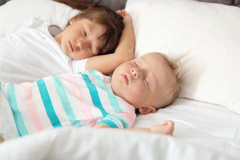 Kleine kinderen die in bed slapen royalty-vrije stock fotografie