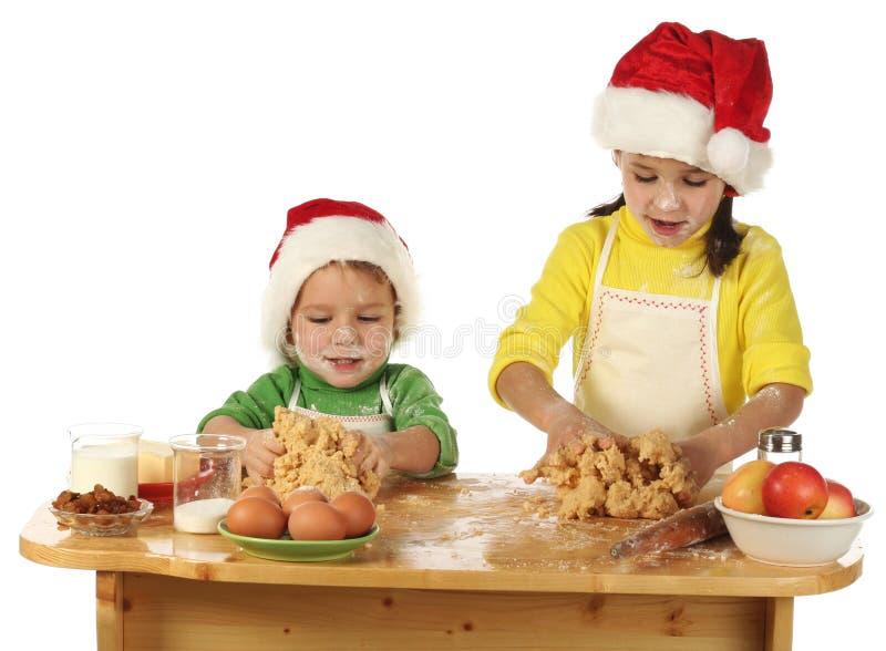 Kleine kinderen die de cake van Kerstmis koken royalty-vrije stock fotografie