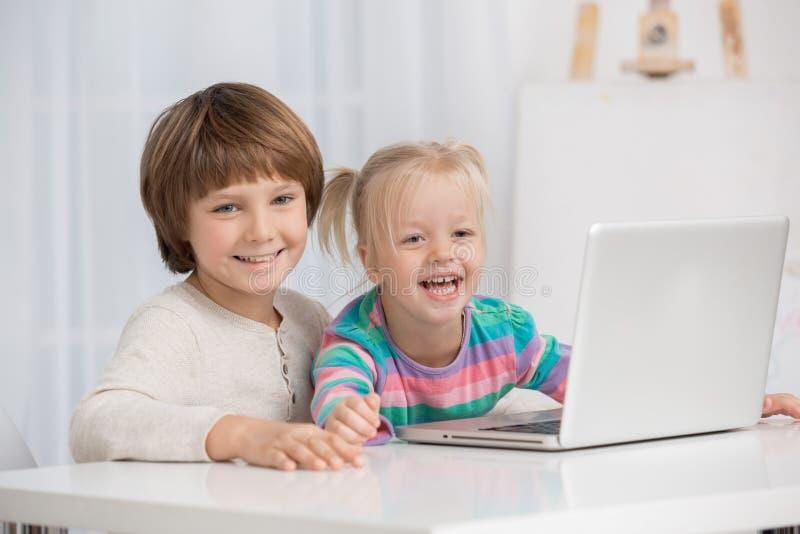 Kleine Kinderen die Digitaal Apparatenlaptop Concept hanteren stock fotografie