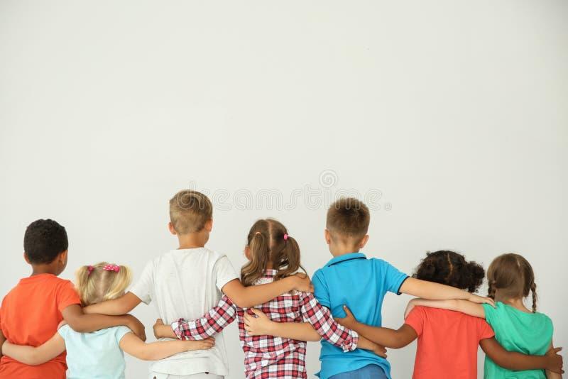Kleine kinderen die elkaar met handen koesteren royalty-vrije stock foto