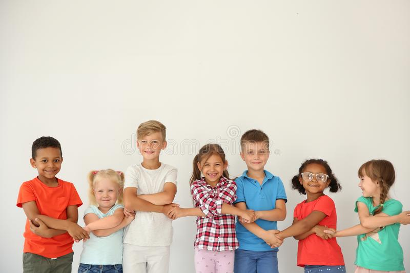 Kleine kinderen die handen op lichte achtergrond houden royalty-vrije stock foto's