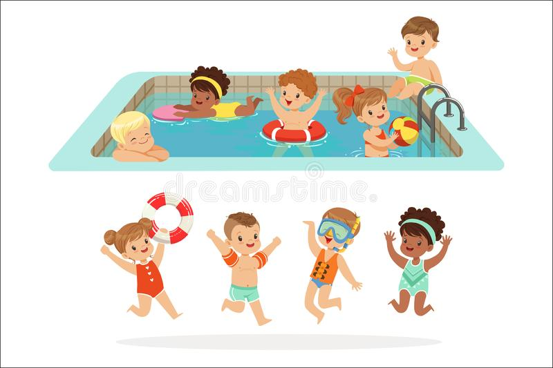 Kleine Kinderen die Pret in Water van de Pool met Vlotters en Opblaasbaar Speelgoed in Kleurrijke Zwempakreeks hebben van Gelukki stock illustratie