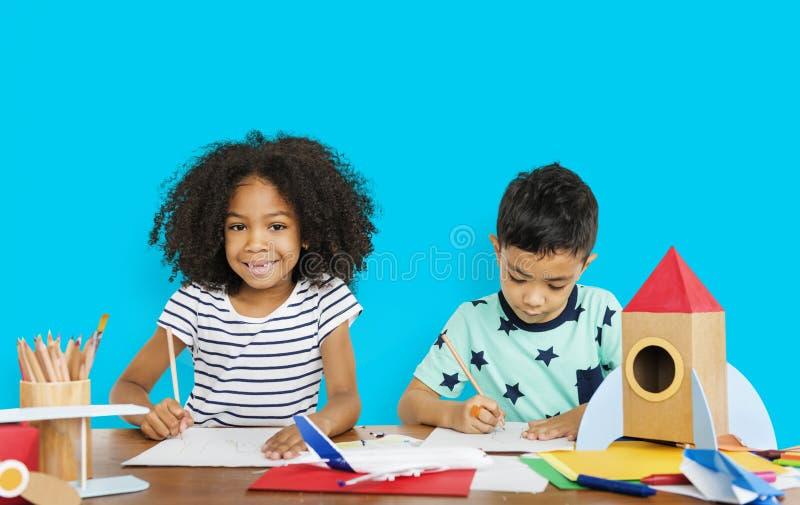 Kleine Kinderen die Schetsend Concept trekken royalty-vrije stock afbeelding