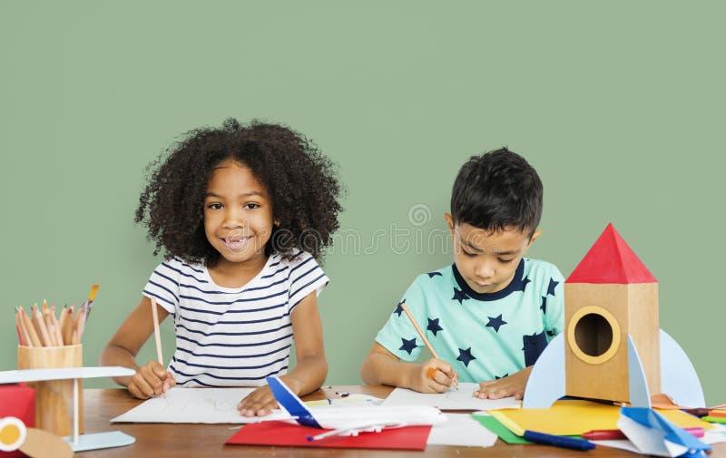 Kleine Kinderen die Schetsend Concept trekken stock afbeelding