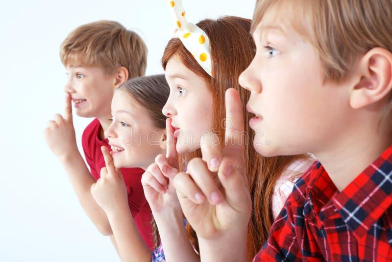 Kleine kinderen die stilte houden royalty-vrije stock afbeeldingen