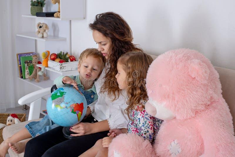 Kleine kinderen met een kindermeisje of met een jonge moeder of met t royalty-vrije stock afbeelding