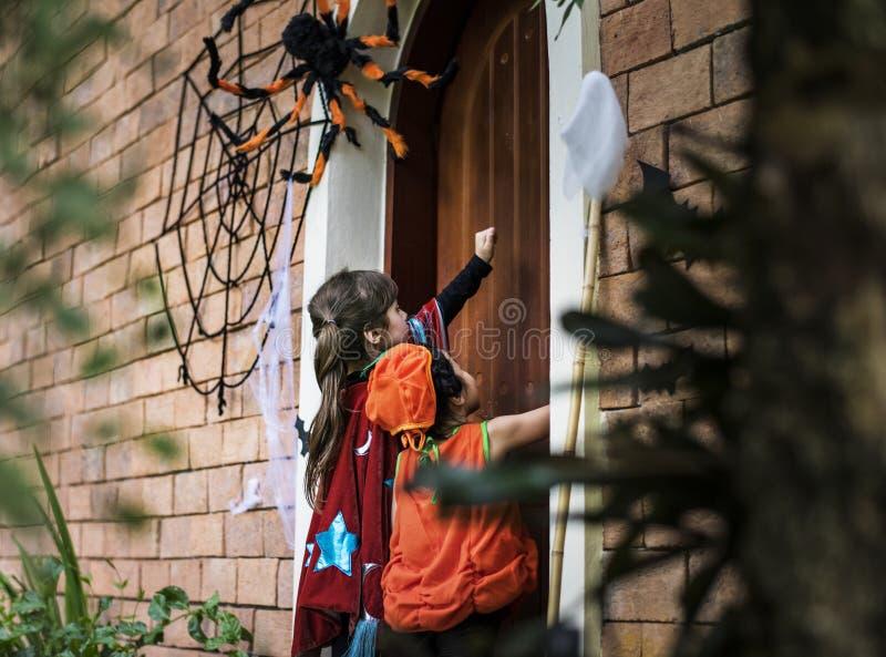 Kleine Kindertrick oder Behandlung auf Halloween stockfotografie