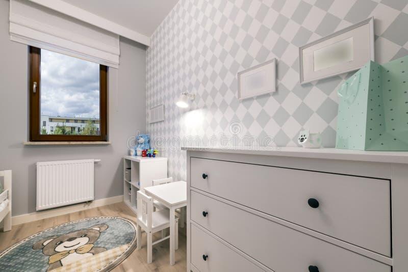 Kleine kindruimte in moderne flat stock afbeeldingen