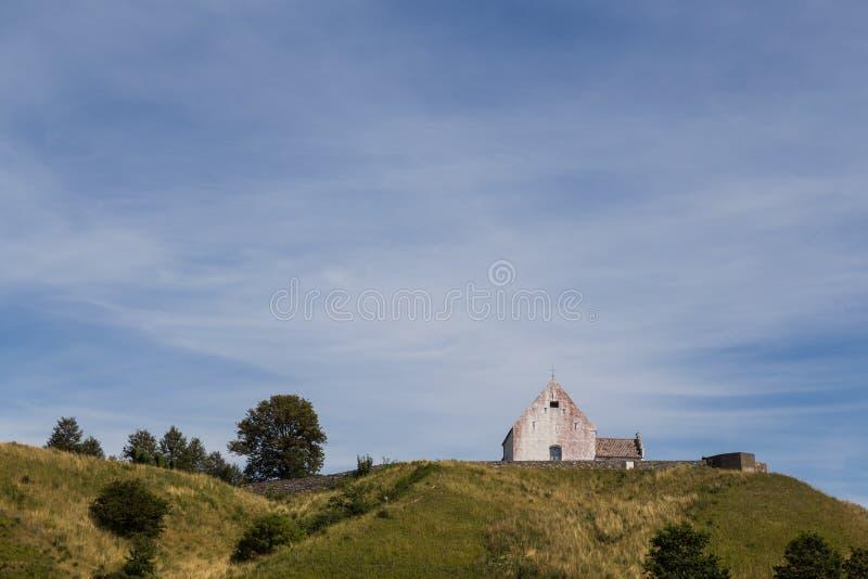 Kleine Kirche auf einem Hügel stockfotos