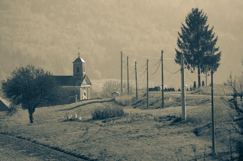 Kleine Kirche durch die Straße lizenzfreie stockfotografie