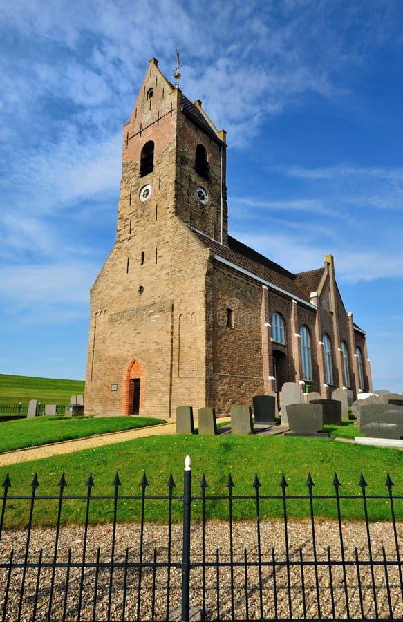 Kleine Kirche in einem kleinen Dorf benannte Wierum stockbilder