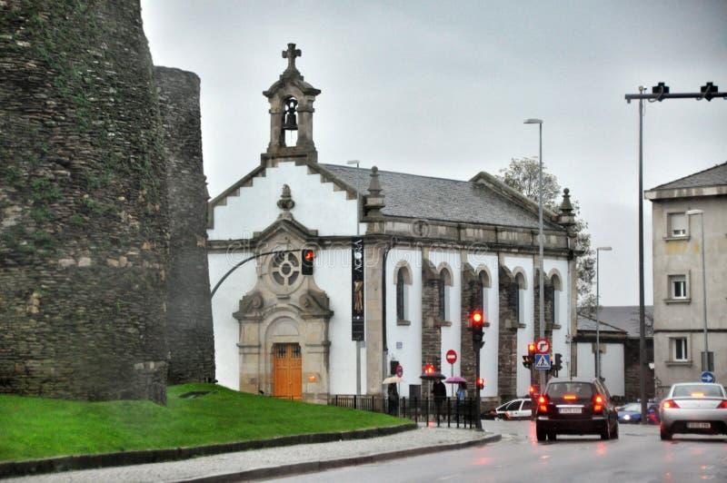 Kleine Kirche in einer gemütlichen ruhigen Straße der spanischen Stadt von Lugo lizenzfreie stockfotos