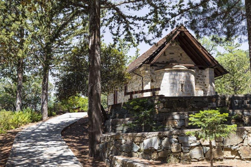 Kleine Kirche im Wald auf einer Gebirgsstraße zypern stockfotografie