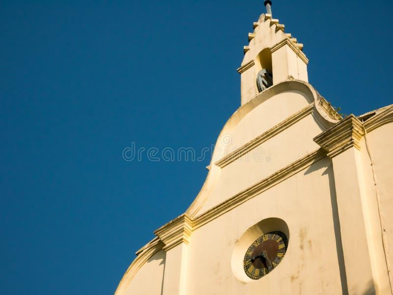 Kleine Kirchenfassade, mit einer Uhr, an einem heißen Sommertag, Kochi, Kerala, Indien stockbild