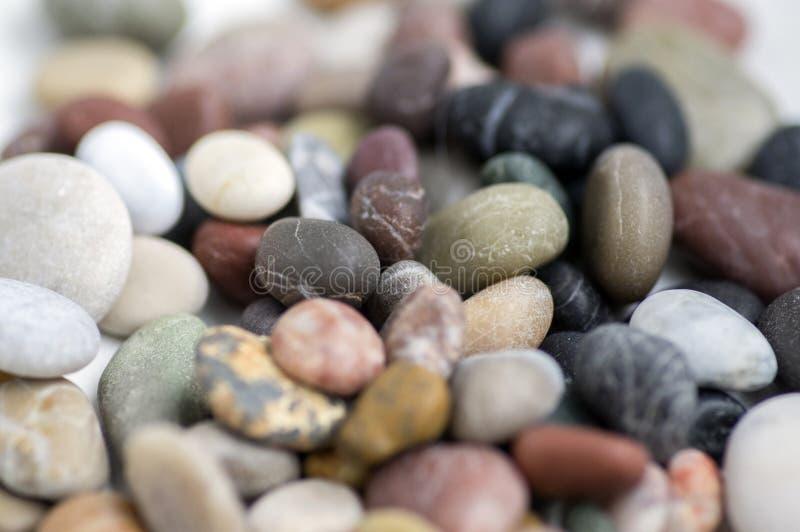 Kleine kleurrijke kiezelstenenachtergrond, eenvoud, daglicht, stenen, oranje wit, groen, grijs, rood, royalty-vrije stock foto's