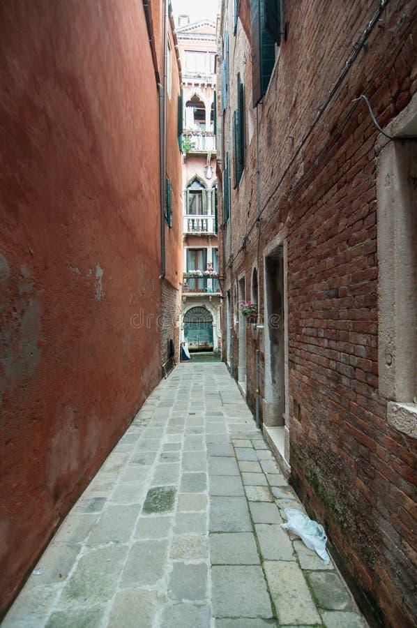 Kleine kleurrijke Venetiaanse straat in een populaire buurt stock afbeeldingen