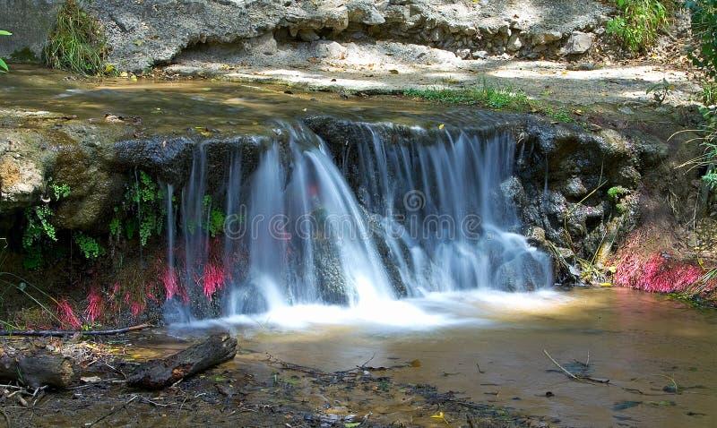 Kleine kleurrijke waterval in Spanje stock fotografie