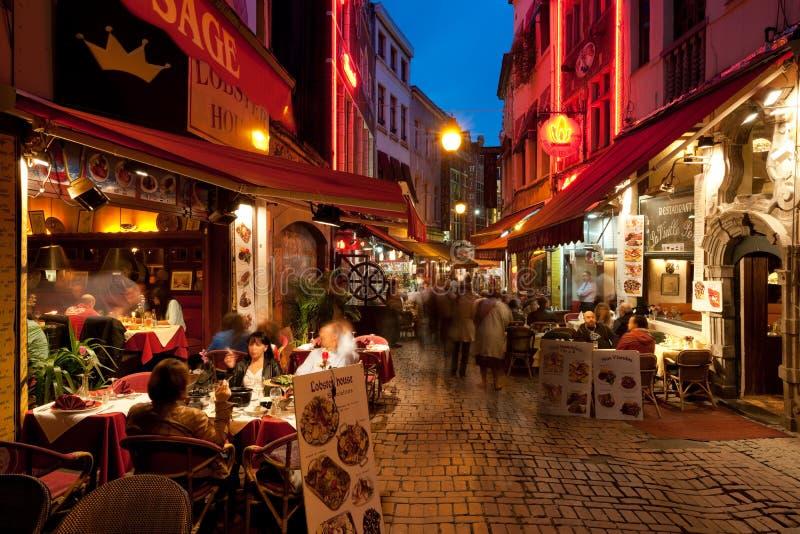 Kleine koffie op de oude straten in Brussel stock foto's