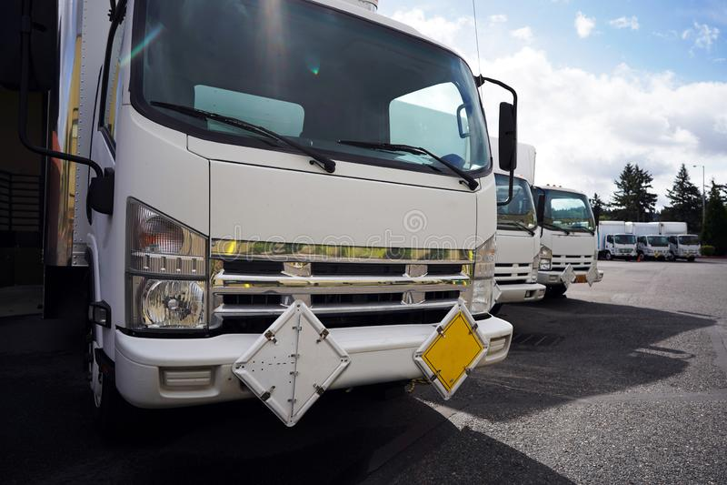 Kleine, kompakte Kabine über Sattelkraftwagen mit Box-Anhängern für die Beförderung von Ladung auf Lagerparkplatz, die auf den nä lizenzfreie stockfotografie