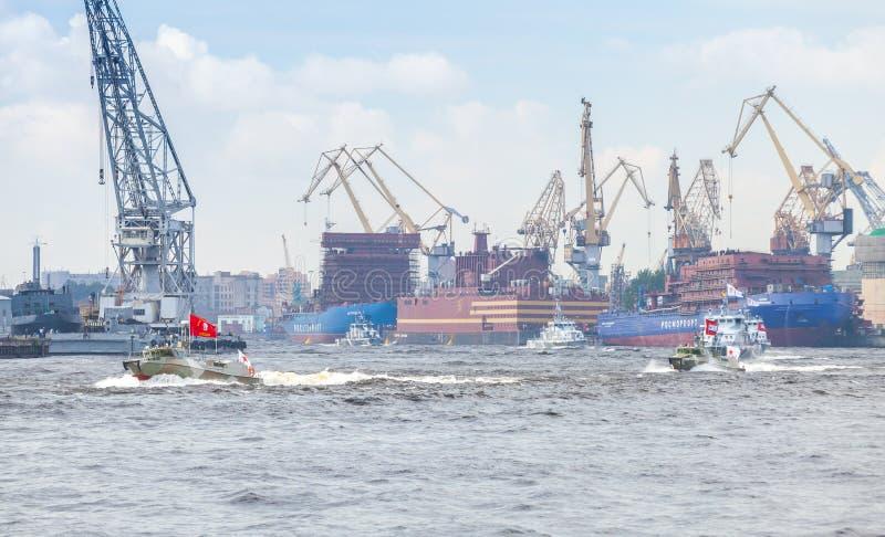 Kleine Kriegsschiffe gehen auf Neva River lizenzfreie stockbilder