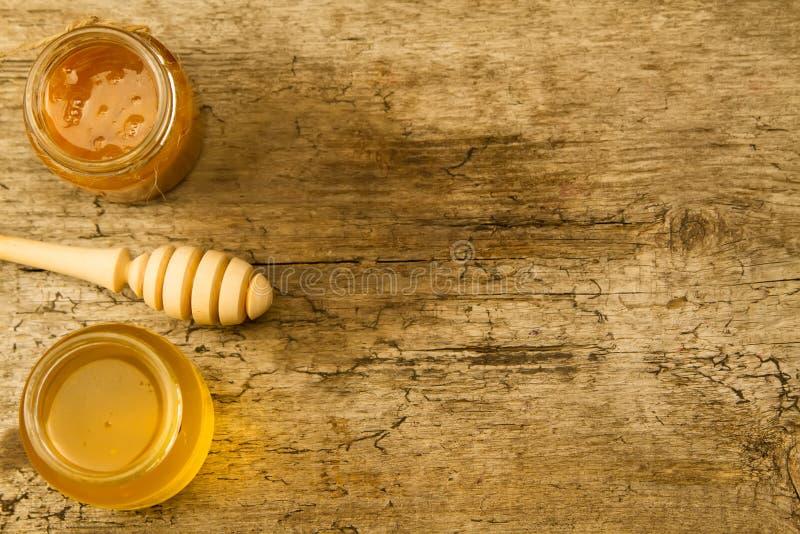 Kleine kruiken verse honing met drizzler op houten achtergrond, hoogste mening royalty-vrije stock afbeelding