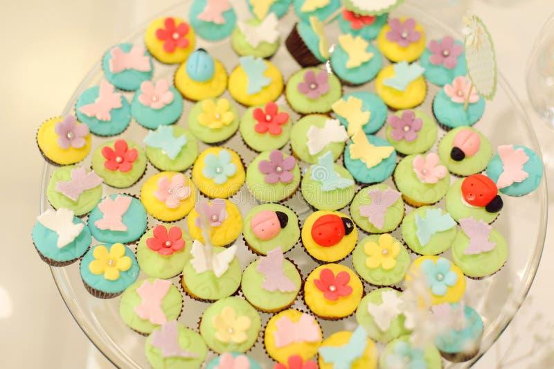 Kleine Kuchen auf Behälter lizenzfreie stockfotos