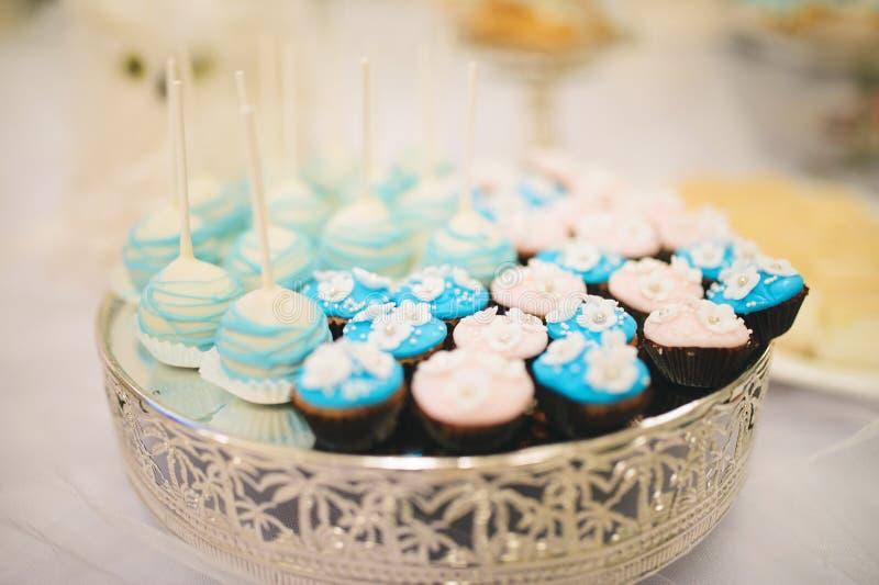 Kleine Kuchen auf Behälter stockfoto