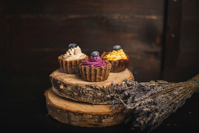 Kleine Kuchen auf dem Holz lizenzfreie stockfotos