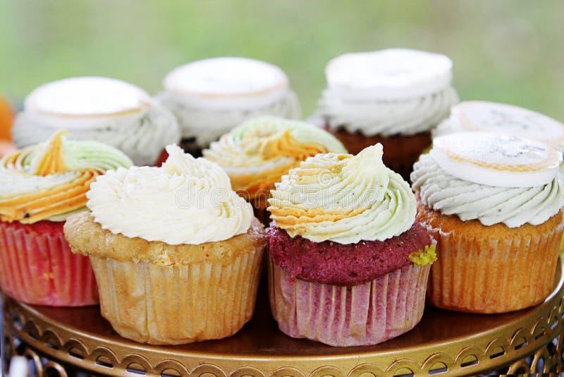 Kleine Kuchen auf einem Behälter an der Partei stockfotografie