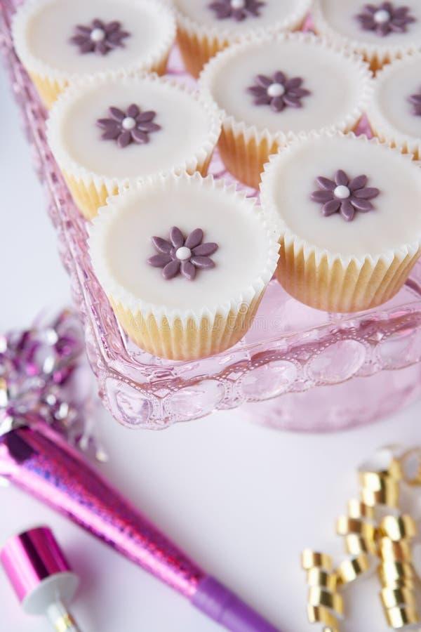 Kleine Kuchen auf einem Tellersegment lizenzfreie stockfotografie