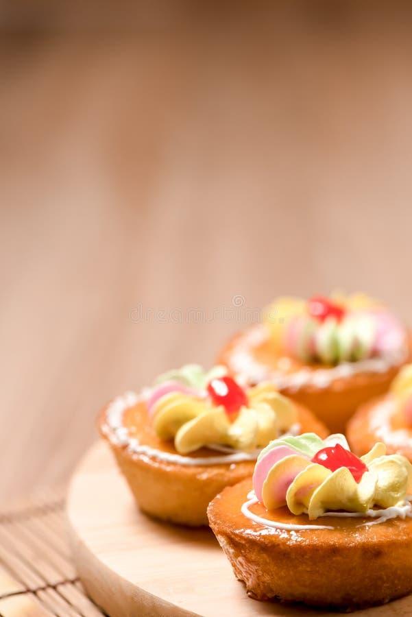 Kleine Kuchen auf hölzerner Tabelle stockbilder