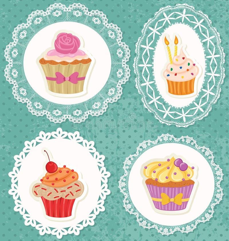 Kleine Kuchen auf Spitzeen lizenzfreie stockbilder