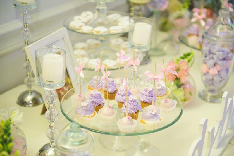 Kleine Kuchen auf Stöcken mit Bogen stockbild