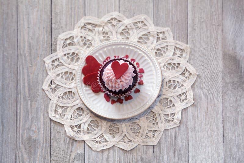 Kleine Kuchen für Valentinsgruß ` s Tag lizenzfreie stockbilder