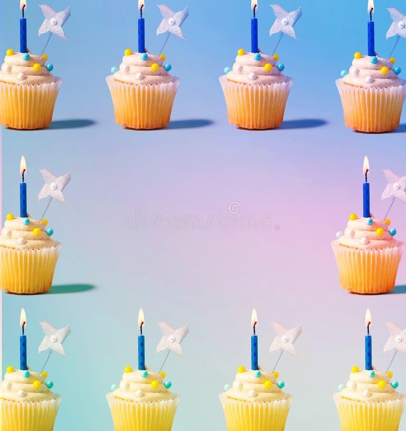Kleine Kuchen mit beleuchteten Kerzen stock abbildung