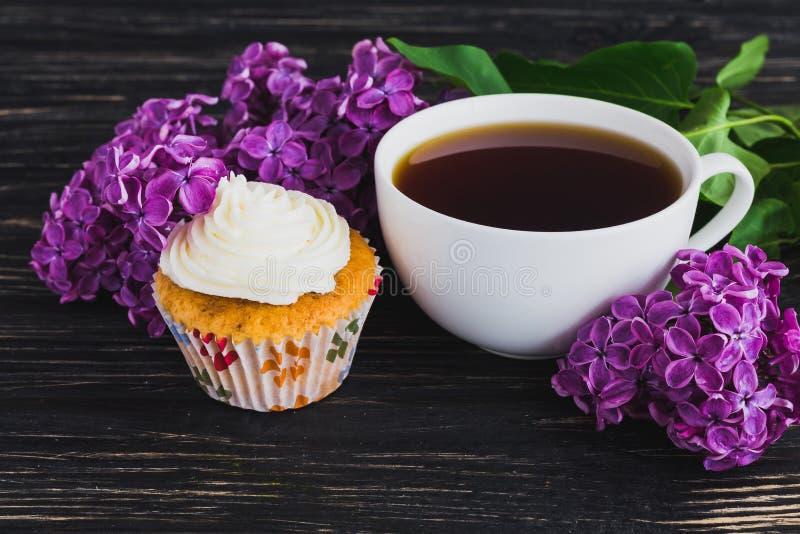 kleine kuchen mit sahne kaffee und blumen stockbild bild von nahrung wohlriechend 71538097. Black Bedroom Furniture Sets. Home Design Ideas