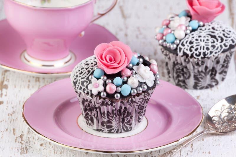 Kleine Kuchen mit Teeschale lizenzfreie stockfotos