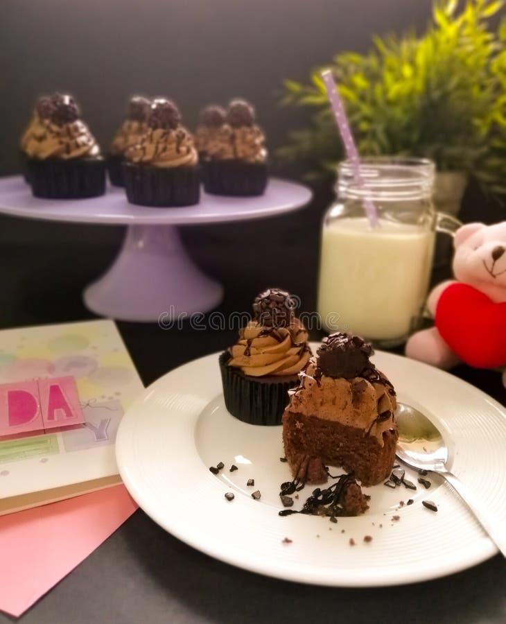 Kleine Kuchen und ein Glas Milch stockfoto