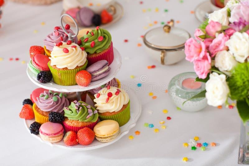 Kleine Kuchen und Früchte lizenzfreies stockfoto