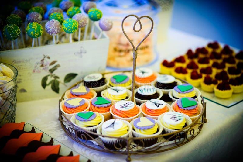 Kleine Kuchen und Fruchttörtchen lizenzfreie stockbilder