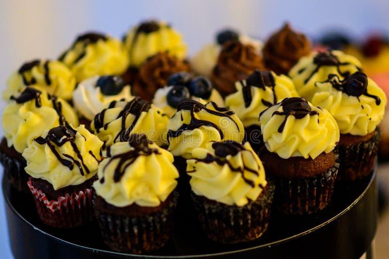 Kleine Kuchen und Muffins lizenzfreies stockfoto