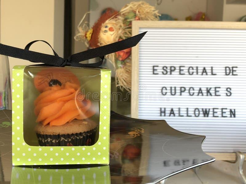 Kleine Kuchen verziert an einem Halloween-Tag lizenzfreies stockfoto