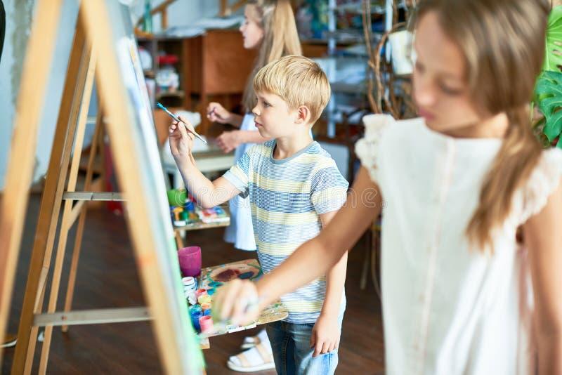 Kleine Kunstenaars Bezig het Schilderen royalty-vrije stock afbeelding