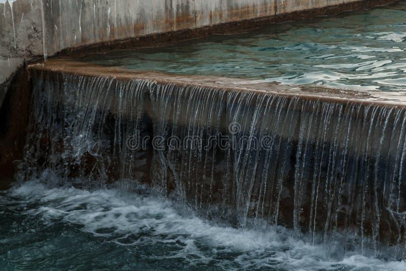 Kleine kunstmatige kunstmatige waterval, hoogteverschil in het kunstmatige kanaal royalty-vrije stock foto's