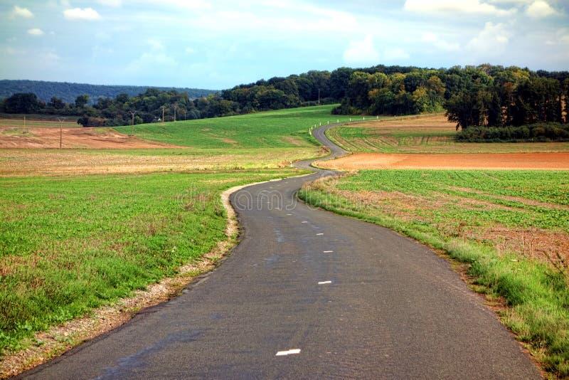 Kleine Landweg die door het Platteland winden royalty-vrije stock fotografie