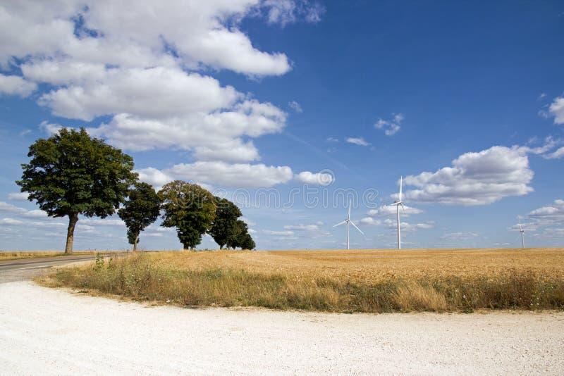 Kleine landweg en windturbines Bourgondië frankrijk royalty-vrije stock fotografie