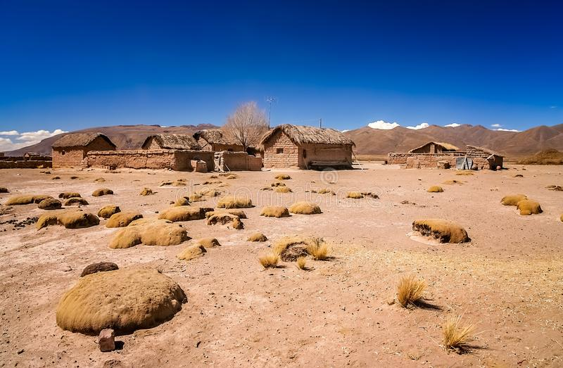 Kleine Lehm- und Ziegelsteinhäuser im bolivianischen Dorf stockfotos